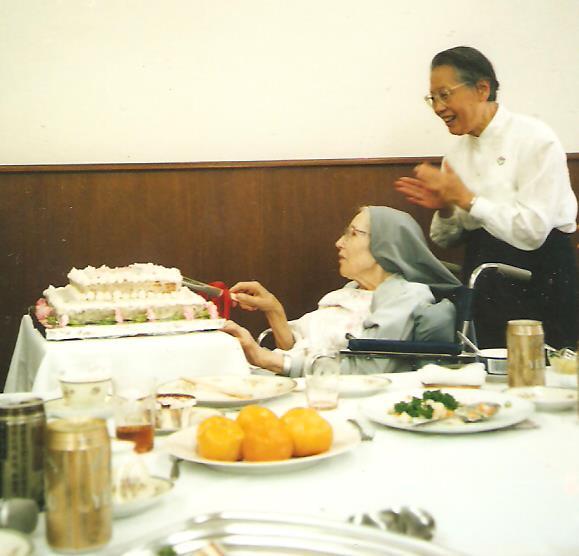 Barbara nővér felvágja az ünnepi tortát