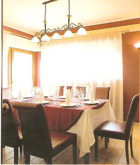 Agárdi Látogatócentrum éttermi részlete fejnél magasabban levő világítással