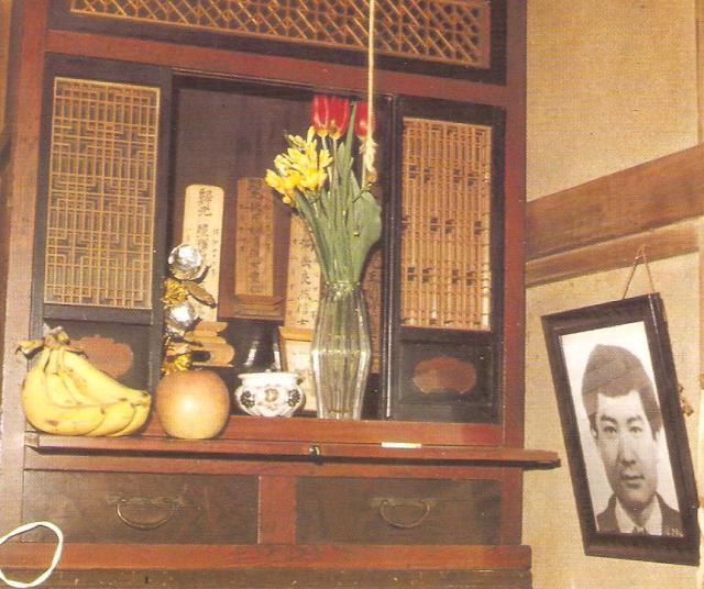 Buddhista házioltár Tokióban egy korán meghalt fiú képével3