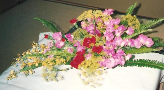 Asztaldísz vegyes virágokból