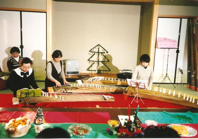 Tünde lányom japánokkal együtt játszik karácsonyi zenét japán citerán