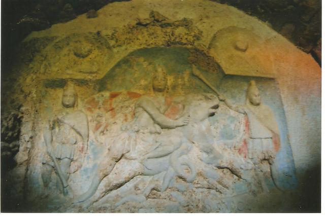 3. kép: A fertőrákosi Mitrász-szentély oltárköve  a bikát megfékező Mitrásszal és a két fáklyát tartó géniusszal (Kálmán Flóra fényképfelvétele)