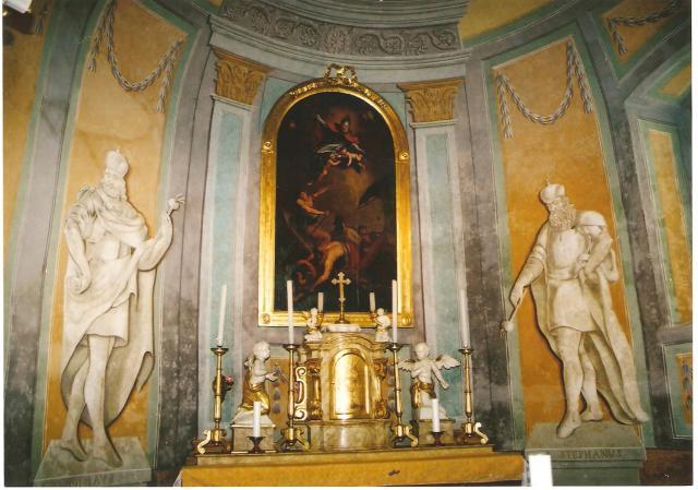 2.kép: Rábaszentmiklós katolikus templomának oltára a jogart különböző irányultsággal tartó Szent István és Szent László alakjával (Kálmán Flóra fényképfelvétele)