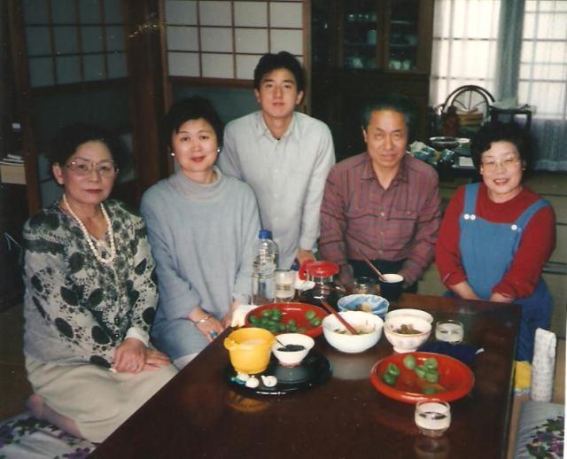 Az asztalt körültérdeplő vendéglátóink