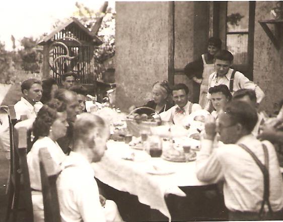 Keresztelői ebéd az udvaron
