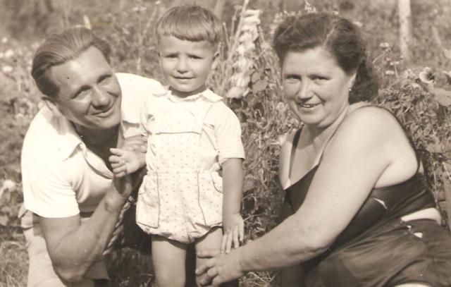 Kis Bélával és Erzsi nagyival a kertben