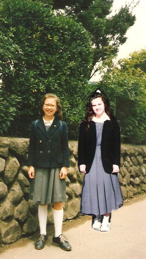 Lányaim a nemzetközi iskola egyenruhájában
